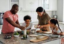 Cómo hacer que los niños coman saludable en casa