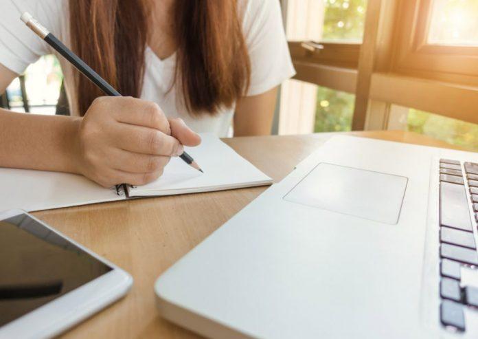 Estudiantes con puntajes más bajos en ensayos tienden a mejorar más a fin de año