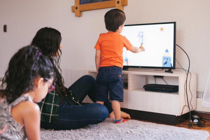 """Viviana Balboa, profesora básica: """"Jamás imaginé que mis hijos aprenderían a través de la televisión"""""""