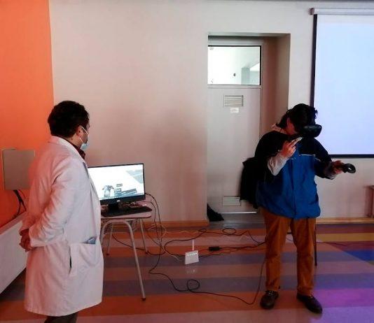 Escolares felices con experiencia y uso de lentes de realidad virtual